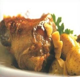 Souris d'agneau braisé, pommes de terre grenaille aux pétales d'ail rose de Lautrec
