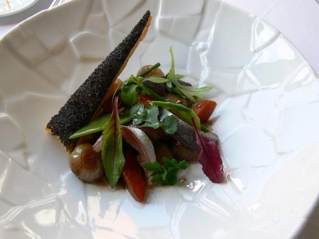 Grecque de légumes aux oignons sauciers et anchois frais, feuilleté au pavot